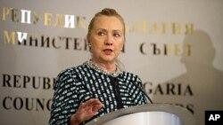美国国务卿希拉里.克林顿2月5日在保加利亚首都索非亚的记者会上发表讲话