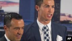 L'attaquant du Real Madrid, Cristiano Ronaldo, pose avec son agent Jorge Mendes après avoir reçu un trophée de bottine d'argent lors d'une cérémonie au stade Santiago Bernabeu à Madrid, en Espagne, 2 octobre 2015.