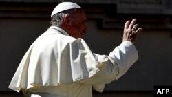 Le Pape François salue les fidèles, Place Saint-Pierre, Vatican, le 5 septembre 2018.