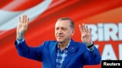 Tổng thống Thổ Nhĩ Kỳ Recep Tayyip Erdogan chào người dân tại một buổi tập hợp ở thành phố Gaziantep, Thổ Nhĩ Kỳ, ngày 28 tháng 8, 2016.