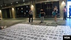 公眾駐足觀看悼念李旺陽逝世100日街頭行為藝術表演
