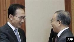 Tổng Thống Nam Triều Tiên Lee Myung-bak (trái) gặp Ủy viên Quốc vụ viện Trung Quốc Đới Bỉnh Quốc tại Seoul, ngày 28/11/2010