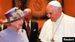 프란치스코 교황(오른쪽)이 3일 바티칸을 방문한 엘리자베스 2세 영국 여왕과 처음으로 만났다.