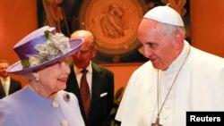 El papa Francisco y la Reina de Inglaterra conversaron en el Vaticano.