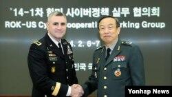 한국 국방부 장혁 정책기획관(오른쪽)과 존 데이비스 미 국방부 사이버정책부차관보가 제1차 국방 사이버정책실무협의회에 앞서 악수하고 있다.
