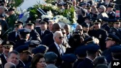 美國副總統拜登在紐約市皇后區的基督帳幕教堂參加遇刺的警員拉莫斯的葬禮。