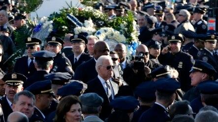 美国副总统拜登在纽约市皇后区的基督帐幕教堂参加遇刺的警察拉莫斯的葬礼
