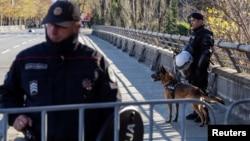 Policija ispred barikada uoči glasanja o Zakonu o slobodi vjeroispovjesti, 26. decembar 2019. (Foto: Rojters/Stevo Vasiljević)