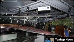 12일 저녁 한국의 경주시 일대에서 발생한 규모 5.8 지진으로 경남 김해대로 대형 식당 천장 일부가 무너져 내렸다.