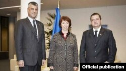 Kosovski premijer Hašim Tači, visoka predstavnica EU Ketrin Ešton i premijer Srbije Ivica Dačić nakon pregovora u Briselu