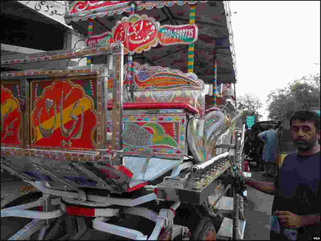 کراچی : بگھیوں کے مالکان ان گاڑیوں کے استعمال کیلئے لینےوالے گاہکوں کے انتظار میں کھڑے رہتے ہیں