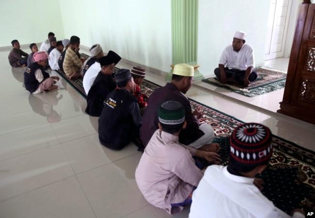 Mantan penceramah paham radikal, Khairul Ghazali (atas), memberikan ceramah di Pesantren Al Hidayah, Sei Mencirim, Sumatra Utara, 22 Juli 2017. (Foto: AP)