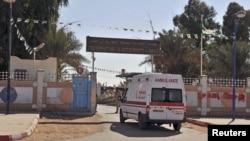 救护车驶入遭恐怖分析袭击的天然气设施附近的医院。(2013年1月19日)