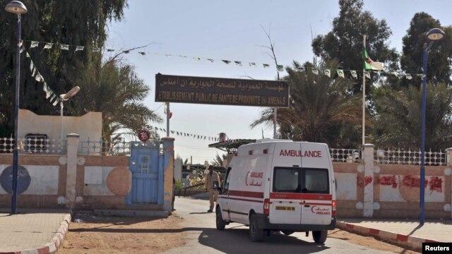 Xe cứu thương chạy vào 1 bệnh viện gần nhà máy khí nơi các con tin bị bắt cóc bởi các chiến binh Hồi giáo, Ain Amenas, 19/1/2013