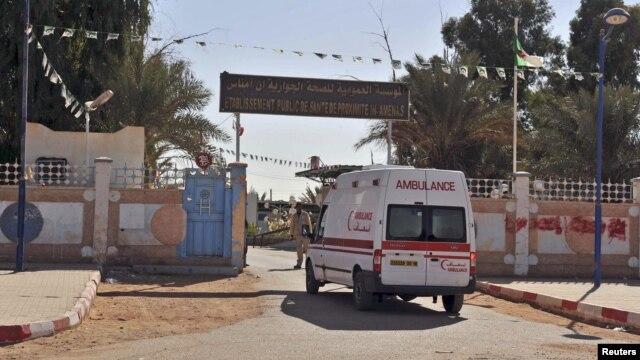 Xe cứu thương chạy vào một bệnh viện gần phu phức hợp khí đốt nơi các con tin bị bắt cóc bởi các chiến binh Hồi giáo tại Ain Amenas,  ngày 19/1/2013.