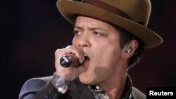 Penyanyi Bruno Mars saat tampil dalam pergelaran busana Victoria's Secret di New York (7/1). (Reuters/Carlo Allegri)