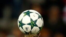 Photo d'un ballon prise lors d'un match entre le PSV l'Atlético de Madrid, Espagne, le 23 novembre 2016.