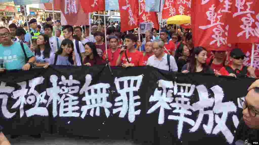 香港社民连等多个政党和团体,周日下午发起从湾仔至中环终审法院的大游行,声援被上诉庭加刑重判的闯立法会案13位抗争者及闯公民广场案双学三子