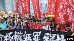 数以万计港人走上街头声援被监禁公民抗争者。 (美国之音记者 海彦2017年8月20日拍摄)