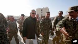 美国国防部部长查克·哈格尔,中,和阿富汗及北约官员在喀布尔军事训练中心