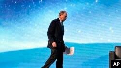 Michael Bloomberg, sube al escenario antes de participar en una conversación con el ex gobernador de California Jerry Brown en la reunión de otoño de la Unión Geofísica Americana.