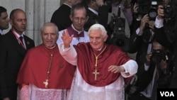 Paus Benediktus XVI melambai kepada warga di Madrid, ibukota Spanyol. Paus mengakhiri kunjungan 4 harinya ke Spanyol hari Minggu (21/8).