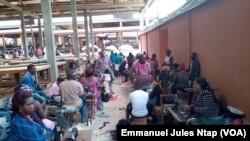 Ces couturières ayant intégré le nouvel espace commercial du marché mokolo disent ne plus réaliser les bonnes affaires dans leur nouvel emplacement, à Yaoundé, le 5 août 2017. (VOA/Emmanuel Jules Ntap)