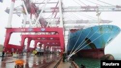 工人在中国山东省青岛港装卸货物(资料照片)