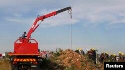 Tim penyelamat di Afrika Selatan sedang berupaya menyelamatkan sekitar 200 penambang ilegal yang terjebak di pertambangan tua bawah tanah Benoni, Johannesburg (16/2). (Reuters/Mike Hutchings)