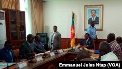 Audience entre le ministre des Transports et les promoteurs des agences de voyage, au Cameroun, le 2 novembre2017. (VOA/Emmanuel Jules Ntap)