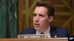 资料照片:共和党联邦参议员霍利 (Sen. Josh Hawley, R-MO)出席国会参议院司法委员会听证会(2019年3月6日)