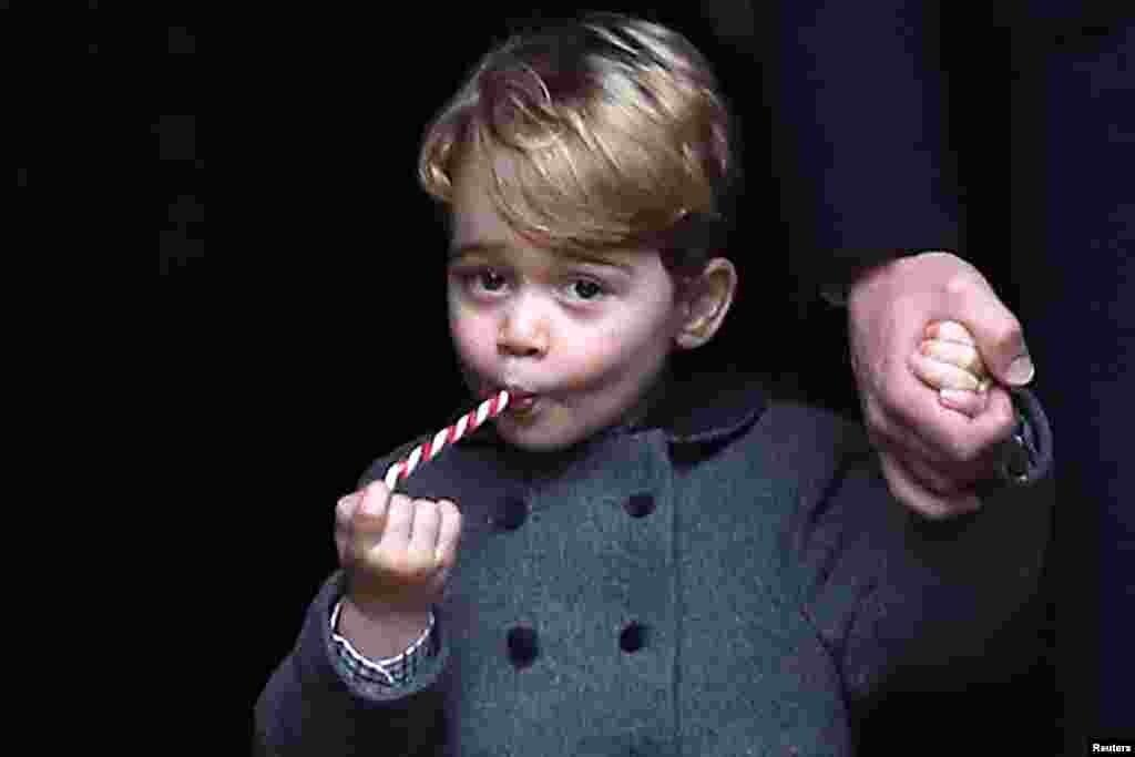 بعد از مراسم کریسمس در کلیسای سن مارک در شهر انگلفیلد انگلیس، شاهزاده جرج کمبریج آب نبات مخصوص کریسمس میخورد.