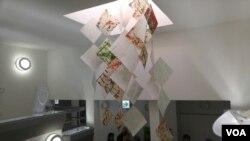 주한독일대사관에서 열리고 있는 김혜련 작가의 '슬픔의 벽' 전시회에서 대북전단을 연으로 표현한 '연' 작품이 전시되어 있다.