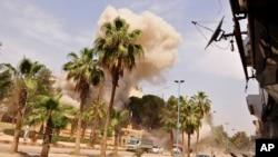 Dim od eksplozija artiljerijskih granata tokom jednog od bombardovanja od strane sirijskih vladinih snaga