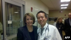 Bác sĩ James Nguyễn và bà Nancy Pelosi, lãnh đạo khối thiểu số của Hạ viện Hoa Kỳ
