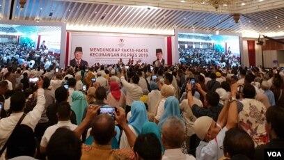 """Massa Pendukung Prabowo-Sandi memenuhi acara """"Mengungkap Fakta-Fakta Kecurangan Pilpres 2019"""" di Hotel Grand Sahid Jaya, Jakarta, Selasa (14/5) (VOA/Ghita)."""