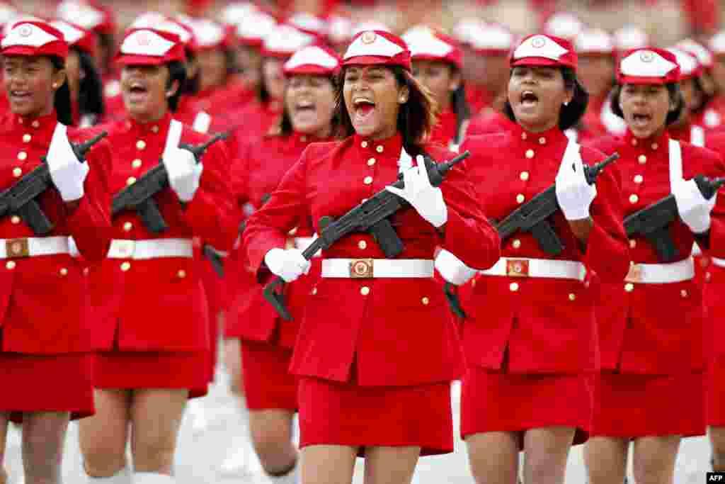 Жіночий військовий загін під час параду у Венесуелі. 04.02.2012. (Reuters)