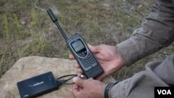 """El """"Iridium AxcessPoint"""" y el teléfono satelital """"Iridium Extreme"""" pueden costar alrededor de $1.200 dólares."""