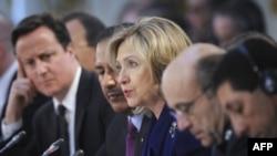 Ngoại trưởng Hoa Kỳ Hillary Clinton, giữa, phát biểu trong hội nghị 40 quốc gia về vấn đề Libya tại London, 29/3/2011
