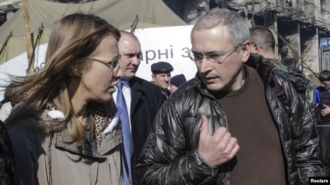 FILE - Former Russian oil tycoon Mikhail Khodorkovsky (R) and Russian opposition activist Ksenia Sobchak visit Independence Square in Kiev, March 9, 2014.