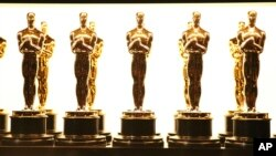 Les statues qui seront remises lors de la cérémonie des Oscars, à Los Angeles.