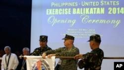 5月5日,美國和菲律賓展開大規模軍事演習,雙方代表在演習開始儀式上。
