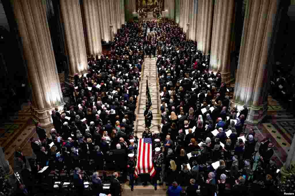 워싱턴 국립 대성당에서 거행된조지 H.W. 부시 전 대통령 장례식에서 군 의장대가 유해가 든 관을 통로를 따라 운구하고 있다.