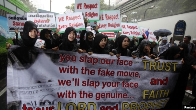 Muslim demonstrators hold banners during a protest in front of the U.S. embassy in Bangkok September 18, 2012. Demonstrators staged a peaceful protest against the anti-Islam film on Tuesday.