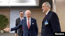 Посередник ООН Стаффан де Містура (л) і представник Сирії на переговори Башар аль-Джаафарі у Женеві
