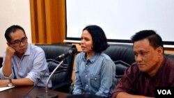 Dekan Fakultas Hukum Universitas Gadjah Mada Paripurna Sugarda (kiri), Florence Sihombing (tengah) dan Sekretaris Komite Etik Fakultas Hukum UGM Heribertus Jaka Triyana. (VOA/Munarsih Sahana)