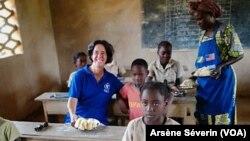 La Directrice régionale Afrique du PAM dans une cantine scolaire à Kimbaoka, au Congo, le 14 mars 2019. (VOA/Arsène Séverin)