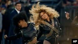Beyonce pendant la mi-temps du Superbowl en février 2016.