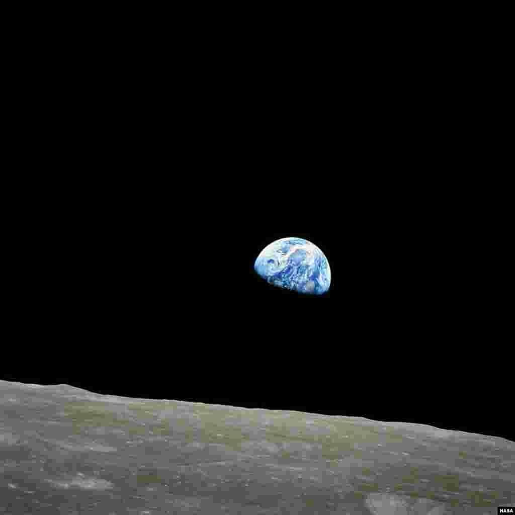 Foto pertama planet Bumi dari Bulan yang diambil oleh awak Roket Apollo 8 pada tanggal 24 Desember 1968 atau tepat 45 tahun lalu.