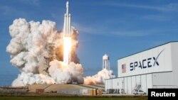 美國佛羅里達肯尼迪太空中心發射SpaceX獵鷹重型運載火箭。(2018年2月6日)